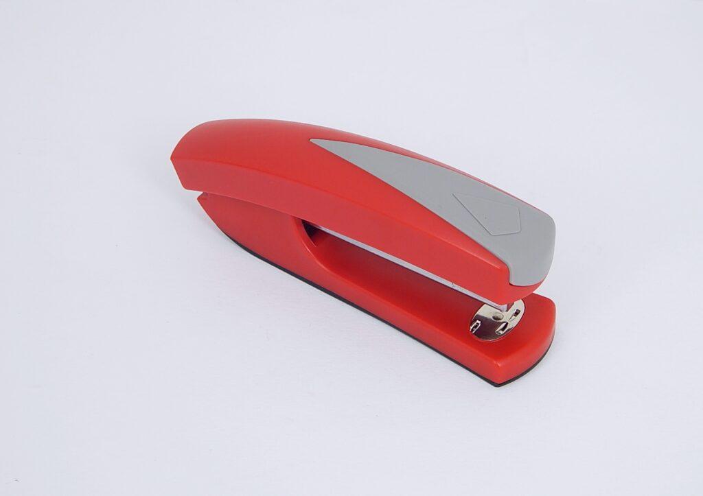 Sešívačka 710 plastová  červená