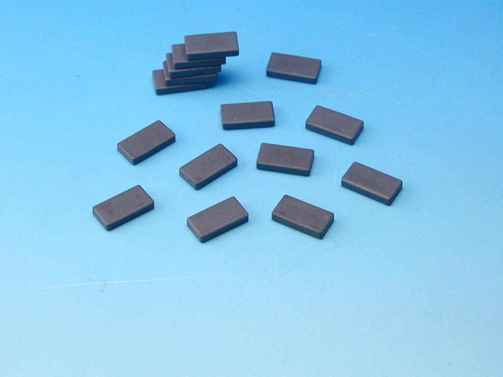 Magnet šedý 15x28mm obdelník